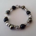 Crystal black - € 8,95<span>VERKOCHT</span><br>Armband met glasparels, acrylkralen, zilveren fournituren, elastisch koord - 16 cm