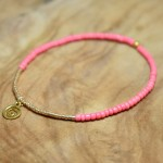"Sis & Suzy armband 001 - € 7,50<a href=""/product/sis-suzy-armband-001/"" target=""_blank"">BESTELLEN</a><br>Smalle armband met roze en gouden kralen en goudkleurig bedeltje."