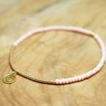 "Sis & Suzy armband 002 - € 7,50<a href=""/product/sis-suzy-armband-002/"" target=""_blank"">BESTELLEN</a><br>Smalle armband met lichtroze en gouden kralen en goudkleurig bedeltje."
