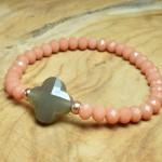 Sis & Suzy armband 003 - € 8,50<span>VERKOCHT</span><br>Smalle armband met roze en goudkleurige kralen en antracietkleurige facetkraal.