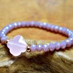 Sis & Suzy armband 006 - € 8,50<span>VERKOCHT</span><br>Smalle armband met violetkleurige en goudkleurigeen kralen en zachtroze facetkraal.