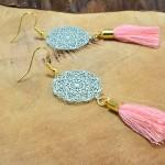 """Sis & Suzy oorbellen 001 - € 6,50<a href=""""/product/sis-suzy-oorbellen-001/"""" target=""""_blank"""">BESTELLEN</a><br>Goudkleurige oorbellen met turqoise hanger en een roze kwastje met goudkleurig kapje, doorsnede 30 mm"""