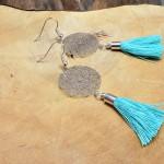 """Sis & Suzy oorbellen 002 - € 6,50<a href=""""/product/sis-suzy-oorbellen-002/"""" target=""""_blank"""">BESTELLEN</a><br>Zilverkleurige oorbellen met ronde hanger en een turqoise kwastje met goudkleurig kapje, doorsnede 20 mm"""