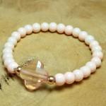 Sis & Suzy armband 008 - € 8,50<span>VERKOCHT</span><br>Smalle armband met zalmroze glanzende kralen en een zachtroze facetkraal.