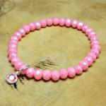 Sis & Suzy armband 009 - € 6,50<span>VERKOCHT</span><br>Smalle armband met roze facetkralen en een rozekleurig bedeltje.