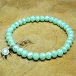 Sis & Suzy armband 010 - € 6,50<span>VERKOCHT</span><br>Smalle armband met lichtgroene facetkralen en een lichtgroen bedeltje.