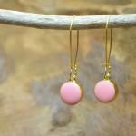"""Sis & Suzy oorbellen 006 - € 6,50<a href=""""/product/sis-suzy-oorbellen-006/"""" target=""""_blank"""">BESTELLEN</a><br>Roze oorbellen met goudkleurige oorhaken van 30 mm en doorsnede 11 mm"""