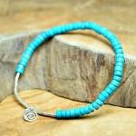 Sis & Suzy armband 027 - € 7,50<span>VERKOCHT</span><br>Smal armbandje met zeegroene en zilverkleurige kralen.