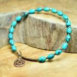 Sis & Suzy armband 028 - € 7,50<span>VERKOCHT</span><br>Blauwgroene armband met zilverkleurige kralen.