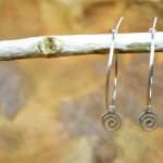 """Sis & Suzy oorbellen 011 - € 6,50<a href=""""/product/sis-suzy-oorbellen-011/"""" target=""""_blank"""">BESTELLEN</a><br>Zilverkleurige ronde oorbellen met zilverkleurig hangertje, doorsnede 6 mm."""