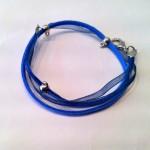 "Silky Blue - € 7,50<a href=""/product/silky-blue/"" target=""_blank"">BESTELLEN</a><br>Ketting met waxkoord, organzalint, zilveren fournituren - 46 cm - ook te dragen als wikkelarmband"