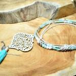 """Sis & Suzy ketting 011 - € 19,50<a href=""""/product/sis-suzy-ketting-011/"""" target=""""_blank"""">BESTELLEN</a><br>Lange zilverkleurige ketting met lichtrose en lichtblauwe facetkralen, zilverkleurige Miyuki rocailles en bohemian hanger met kwastje - 100 cm"""