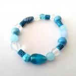 Armband Blue Moon - € 8,95<span>VERKOCHT</span><br>Armband met glasparels, crystalkralen, keramiekkralen, acrylkralen, elastisch koord - 16 cm