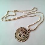 Medaillon - € 8,95<span>VERKOCHT</span><br>Zilverkleurige bolletjesketting met vintage medaillon - 41 cm