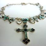 """Crystal Cross - € 14,95<a href=""""/product/crystal-cross"""" target=""""_blank"""">BESTELLEN</a><br>Zilverkleurige ketting met ingelegde lichtblauwe kristalstenen en hanger in de vorm van een kruis - 49 cm"""