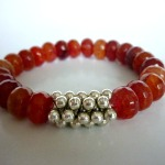 """Red Fruit - € 12,95<a href=""""/product/red-fruit"""" target=""""_blank"""">BESTELLEN</a><br>Armband met oranjerode natuursteen, zilveren fournituren, elastisch koord - 15 cm"""
