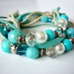 """Blue Jasmine - € 17,95<a href=""""/product/blue-jasmine"""" target=""""_blank"""">BESTELLEN</a><br>Wikkelarmband met glasparels, acrylkralen, facetkralen, zilveren fournituren, suède veters, waxkoord - 54 cm"""