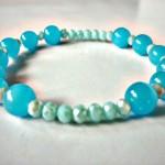 """Armband Heavenly Blue - € 8,95<a href=""""/product/armband-heavenly-blue"""" target=""""_blank"""">BESTELLEN</a><br>Armband met Tsjechische facetkralen en glaskralen in twee blauwtinten en elastisch koord - 16 cm"""