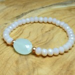 Sis & Suzy armband 004 - € 8,50<span>VERKOCHT</span><br>Smalle armband met zacht roze en goudkleurige kralen en azuurblauwe facetkraal.