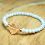 Sis & Suzy armband 005 - € 8,50<span>VERKOCHT</span><br>Smalle armband met zacht blauwe en gouden kralen en perzikkleurige facetkraal.