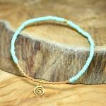 "Sis & Suzy armband 014 - € 6,50<a href=""/product/sis-suzy-armband-014/"" target=""_blank"">BESTELLEN</a><br>Smal armbandje met lichtgroene en goudkleurige kralen."