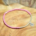 Sis & Suzy armband 016 - € 7,50<span>VERKOCHT</span><br>Smal ambandje met koraalroze en zilverkleurige kralen.