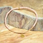 "Sis & Suzy armband 017 - € 7,50<a href=""/product/sis-suzy-armband-017/"" target=""_blank"">BESTELLEN</a><br>Smal armbandje met bruinroze en goudkleurige kralen."