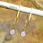 """Sis & Suzy oorbellen 009 - € 6,50<a href=""""/product/sis-suzy-oorbellen-009/"""" target=""""_blank"""">BESTELLEN</a><br>Goudkleurige ronde oorbellen met llichtrose hanger, doorsnede 6 mm."""